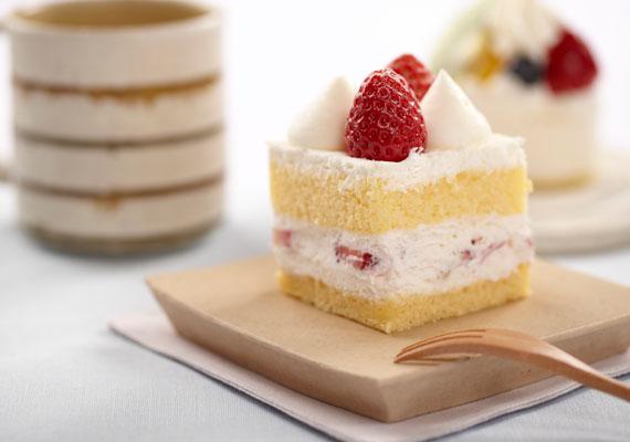 Eperkrémes piskótaA piskóta az egyik legnépszerűbb süteményalap, a torták nagy részét piskótatésztából készítik, és temérdek finomabbnál finomabb desszert is ebből készül. Ha egyszer sütöttél már piskótát, akkor mindig sikerülni fog, ha bizonytalankodnál, akkor kövesd az itteni leírás lépéseit. Az eperkrémet pedig egyszerűen csak töltsd két piskótaréteg közé, a maradékot meg a tetejére, és élvezd az édes ízeket. A biztonság kedvéért itt a pontos recept.