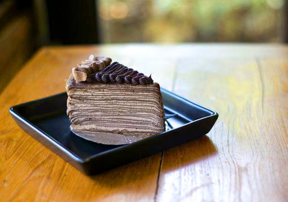 Csokoládékrémes palacsintatortaA palacsinta finom, a csokoládékrém zseniális édesség, együtt pedig az univerzum legkomolyabb desszertjét alkotják, amivel nem nagyon lehet vitatkozni, ha egyszer ezt elkészíted, és megkóstoltad, mindig erről fogsz álmodozni, miután kiheverted az első sokkot. A tökéletes receptért kattints ide!