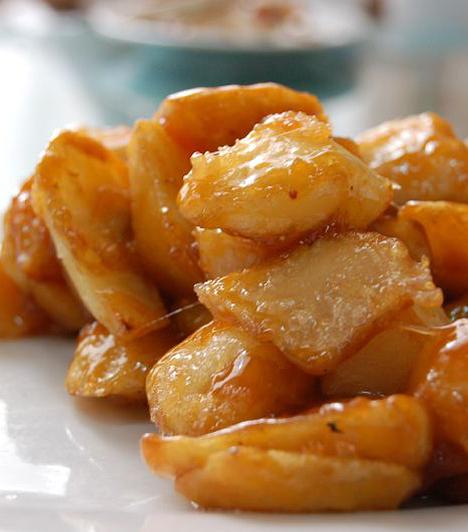 Mézes sült krumpli  Nálunk a krumplit általában sósan fogyasztják. Keleten, hasonlóan a mézes-szezámmagos csirkéhez, édesen is elkészítik. Ehhez a krumplihasábokat meg kell sütni, majd méz és szójaszósz felhevített keverékével pár percig együtt pirítani. Sültek mellé tökéletes.