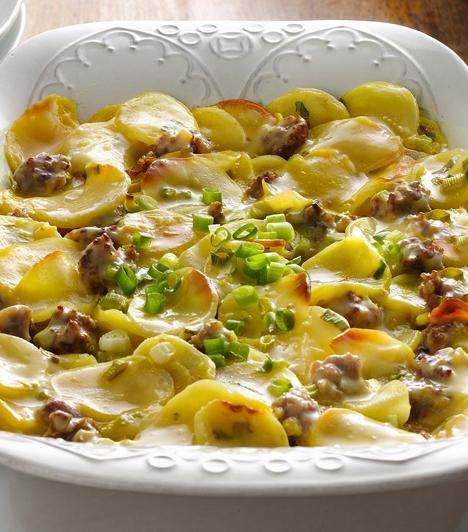 Rakott krumpli Az egyszerűen elkészíthető egytálétel sokak kedvence, hiszen frissen és melegítve is finom. Készítheted franciásan, kolbásszal, sonkával vagy hagymával is.  Kapcsolódó receptek: Így készítsd el a tökéletes rakott krumplit »
