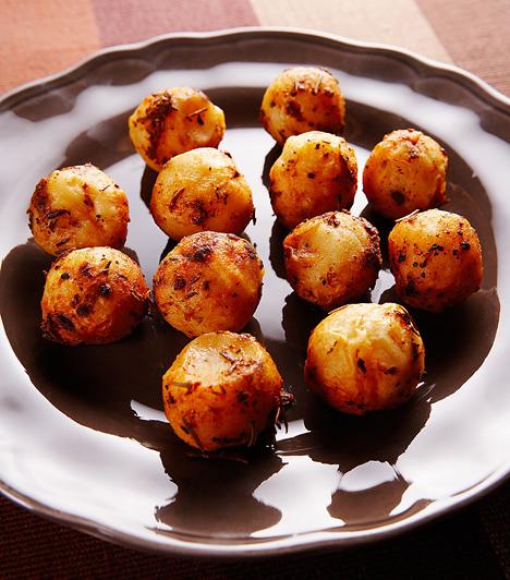 KrumpligolyókA krumpliból egy dinnyevájó segítségével formálj golyókat, majd süsd ki forró olajban. Ezután hengergesd fűszerekbe és sóba. Köretnek és partifalatnak is kitűnő.Kapcsolódó receptek:A 4 legfinomabb krumplis recept »