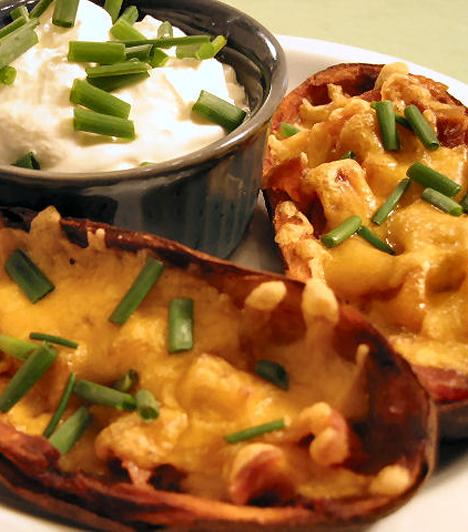HajócskákA krumplihéjat ne dobd el, tökéletes tálalóeszköz lehet, de különlegességként el is fogyasztható. Kapard ki egy éles kanállal a félbevágott krumpli húsát úgy, hogy maradjon is belőle, majd tölts meg sajttal, apróra vágott szalonnával, és süsd, amíg ropogóssá nem pirul. Ha nem teszel bele semmit, akkor a sütőből kivéve belehalmozhatod a pürét például.