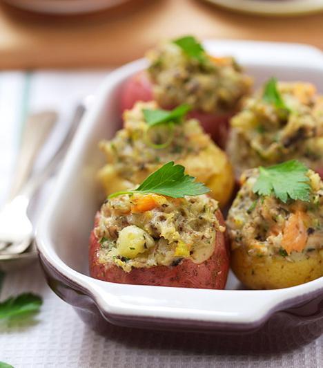 Töltött krumpli másképpA krumplit főzd meg héjában, majd vágj rá kalapot, és kapard ki a belsejét. Piríts meg egy kis szalonnát, add hozzá a krumpliforgácsot, üss rá egy tojást, és süsd össze ezt a masszát. Töltsd vissza a krumpliba, fűszerezd, majd süsd meg közepes lángon, hogy ropogós legyen.Kapcsolódó recept:Töltött krumpli »