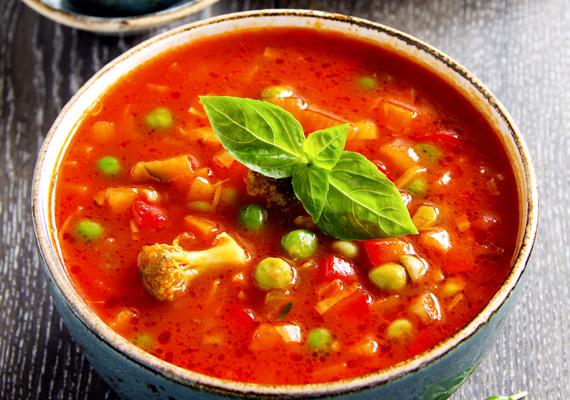 Borsóleves                         Nincs jobb, mint egy tál forró, zöldséggel teli borsóleves. A legnagyobb téli hidegben vagy a legforróbb nyári délután is pont ugyanolyan jól tud esni ez az egyszerűen összedobható leves, ami tejföllel nyújt igazi élményt. Válogasd össze kedvenc zöldségeidet, tisztítsd meg és karikázd fel őket, és már főhet is. Itt a receptje.