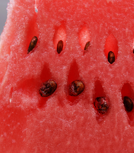 DinnyeA húsos, piros dinnye tele van vízzel, így nyáron, a nagy melegben ideális táplálék, hiszen ilyenkor inkább a szomjat kell oltani. Ha nem egy nagy szelettel foglalod el magad, akkor add gyümölcssalátához, vagy pezsgővel tálald. A dinnyéből kitűnő szörbet készíthető!Kapcsolódó cikk:A 7 leghatásosabb bőrfiatalító étel »