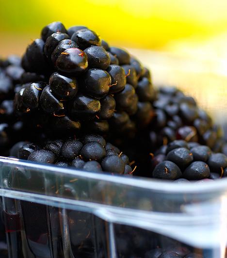Szeder A fekete, édes, lédús bogyó júliusban érik. Fagylaltok, turmixok alapanyagaként vagy lekvárként használhatod, de természetesen fogyaszthatod magában is. Nagyon egészséges, C-vitamin-tartalma kifejezetten magas. Érdemes lefagyasztani belőle egy jó adagot.