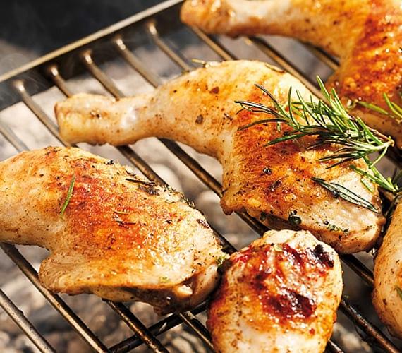 Ha grillezni készülsz, jusson eszedbe a már jól bevált, könnyen variálható és gyorsan átsülő csirkecomb, ami a legegyszerűbb, sós-rozmaringos fűszerezéssel is igazán ízletes darab.