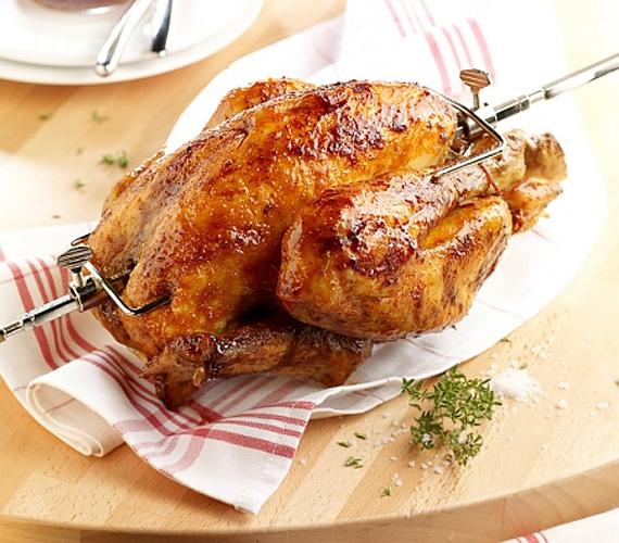 Az egészben sült grillcsirke a henteseknél és a nagyáruházakban teljesen egyforma, jellegzetes, de unalmas ízvilággal bír - készítsd el otthon a saját ízlésednek megfelelően!