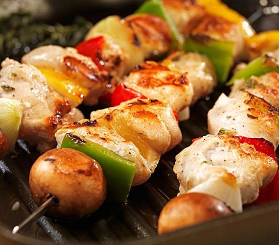 A grillpartik egyértelmű favoritja a legváltozatosabb összetevőkből készíthető saslik, más néven rablóhús. Bármit felhúzhatsz a nyársra, ami csak a kezed ügyébe kerül, bármilyen zöldséget szinte bármilyen hússal kombinálhatsz, egy dologra figyelj nagyon: az ételek sütési idejében ne legyen markáns eltérés!