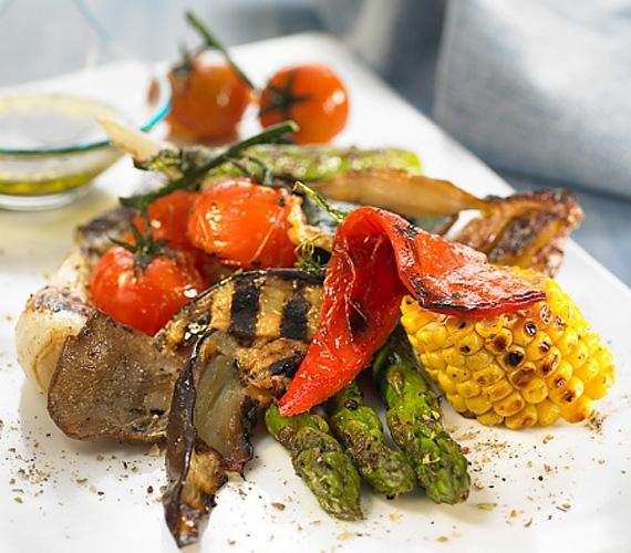 Egy rendesebb grillparti nem múlhat el grillezett zöldségek nélkül. Bármit is sikerült a piacon szerezned, szinte biztos, hogy egy kis tűzön megpirítva nagyon finom lesz, és jól passzol majd a szaftos húsokhoz.