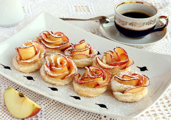 AlmarózsaHa egy romantikus desszertre vágysz, akkor az almarózsa tökéletes választás. A gyönyörű édességet kezdő háziasszonyok is egyszerűen összedobhatják, ha a kézügyességük megvan hozzá. A kicsit pepecselős formázás megér minden töltött percet, hiszen a kész finomsággal bárkit lekenyerezhetsz. Itt van hozzá a recept, fogj neki bátran!