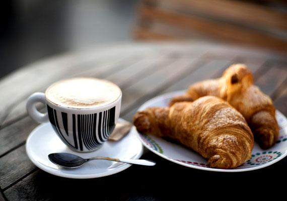 Croissant bármivel töltveA franciák jellegzetes és közkedvelt finomságát is elkészítheted leveles tésztából, ráadásul borzasztó egyszerűen. Annyi csak a dolgod, hogy kitaláld a megfelelő tölteléket, a leveles tésztát pedig nyújtsd ki, és vágd egységes méretű háromszögekre. Ha mindez megvan, tedd a háromszög közepére a tölteléket, tekerd fel az egyik sarkától, és már mehet is a sütőbe. Itt a pontos leírás.