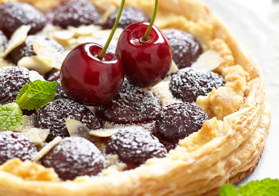 Gyümölcsös-vaníliás kosárkaAz egyik legnépszerűbb leveles tésztás édesség a látványnak sem utolsó kosárka. Készíts ellenállhatatlanul finom vaníliás krémet, a tésztát alakítsd fészek vagy kosár formájúra, töltsd meg a krémmel, halmozz rá gyümölcsöt, és már szinte kész is van ez a finomság. A tökéletes receptet itt találod hozzá, ne ijedj meg, ha leveles tésztából készíted, akkor is tökéletes lesz!