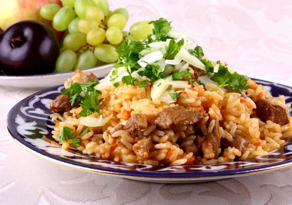 Bácskai rizses húsAz Alföld déli részén nagyon szerethetik a hagymás-paprikás ételeket, hiszen gyakorlatilag mindenféle húst készíthetsz bácskai módra, és a receptben ez a két alapanyag biztosan szerepelni fog. Ezek közül talán a legismertebb a menzák nagy kedvence, a bácskai rizses hús, hogy ne csak rossz emlékeid legyenek róla, készítsd el magadnak, és rájössz, ez egy nagyszerű egytálétel!