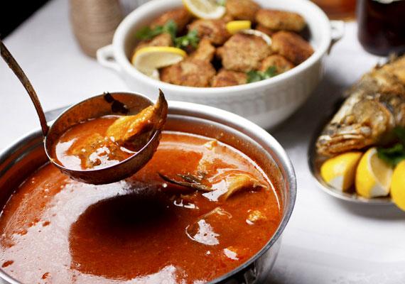 Bajai halászléA belevaló gyufatésztáról és jellegzetes illatáról messziről felismerhető hagyományos bajai halászlé igazi Duna-menti étel, a legjobb, ha a folyóból frissen fogott halból készíted, és nem bonyolítod túl, csak azt a pár alapvető hozzávalót teszed bele, amit szükséges.