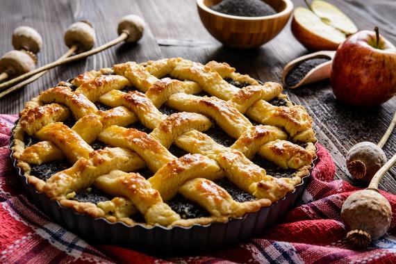 Meggyes-mákos piteAz omlós pitének akkor még kevésbé tudsz ellenállni, ha meggyes, mákos töltelék kerül bele. Ha betartasz egy-két szabályt a tészta elkészítésekor, nem érhet csalódás. Így akkor is hozzáfoghatsz, ha nem vagy túl rutinos a konyhában. Dobd fel kicsit, a tetejét rácsozd be! Kár lenne kihagyni ezt a receptet!