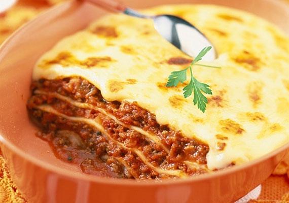 Bolognai lasagneAz igazi klasszikus olasz ebédhez csak felerészt kell marhahús, de így is itt a helye, hiszen az egyik legjobb megoldás, ha van otthon a marha mellé ugyanannyi sertéshús is. Igazi, friss paradicsomszósszal és besamellel lesz tökéletes.