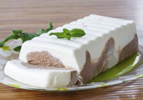 Mascarponés joghurttorta                         A tejtermékek nagy találkozása az igazi nyári desszert, ami friss gyümölcsökkel vagy csokoládéval működik a legjobban. Készítheted önállóan is, de egy kis ropogós váz nem árt neki, amit tört kekszből és olvasztott vajból pillanatok alatt elkészíthetsz. Elkészítéséhez nemes egyszerűséggel dolgozd össze a joghurtot, a mascarponét és a kiválasztott összetevőt, tedd formába, és várd meg, amíg készre hűl.