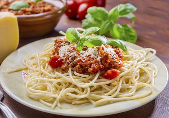 Bolognai spagetti                         A klasszikus darab, ha tésztaételről van szó, szinte mindenki erre a fogásra asszociál. A finom, friss fűszerekkel ízesített paradicsomszószban főtt darált hússal elkevert spagetti az egyik legjobb dolog, ami a tányérra kerülhet. A bolognai szósz egyébként tényleg Bolognából ered, már a 18. század vége óta ismerik és szeretik.