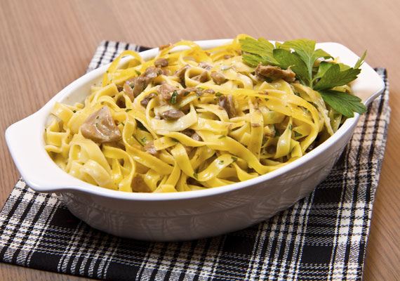 Gombás-tejszínes tagliatelle                         A magyar konyha előszeretettel használja a gombás-tejszínes szószt, ami nem csoda, hiszen egyszerűen készíthető, és kellemesen fűszeres íze sok mindenhez passzol. Sült húsokhoz éppúgy, mint egy egyszerű tésztához. A legjobb alá a frissen főtt olasz széles metélt, a tagliatelle, amivel még a tűzhelyen érdemes jól összedolgozni, hogy az ízek átjárják a tészta minden részét.