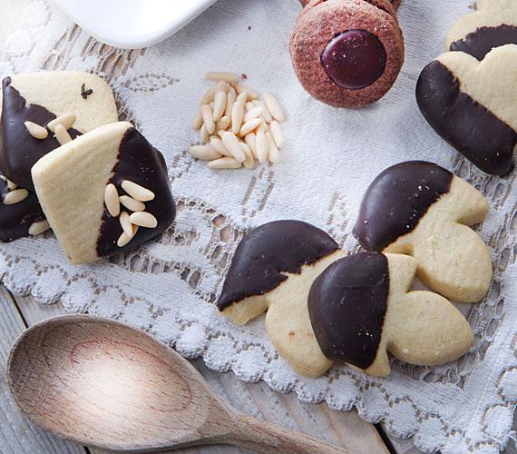 Édes aprósüteményekA csokis vagy mázas tetejű kis sütemények, kekszek minden nagymama kedvencei, melyeket gyakran megsütnek, hogy legyen otthon egy kis édesség, ha váratlanul beköszönnek a vendégek. Ezt a szívmelengető szokást érdemes átvenned a nagyidtól! De neked már nem kell hosszasan szaggatnod a kis sütiket, mert már vannak olyan szaggatók, amelyek egy mozdulattal 30-40 sütit kiszaggatnak, hogy azonnal mehessenek a sütőbe. Szerezz be te is egy ilyet és spórolj magadnak időt a finomságok elkészítésekor.
