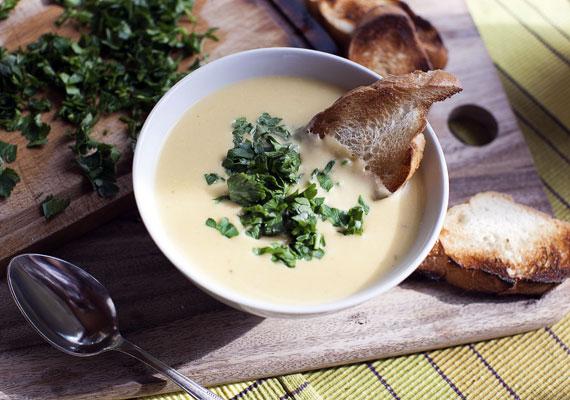 KrémlevesekAz egyszerűen elkészíthető, egészséges zöldségekből álló gyors fogás talán az egyik legjobb vacsora, amit csak készíthetsz. A lisztes habarást hagyd ki, így egy egészséges, laktató és tápláló ételt kapsz, ami ráadásul biztosan nem hizlal. Készítsd kedvenc zöldségedből, akár többől is! Itt találsz néhány villámgyors változatot!