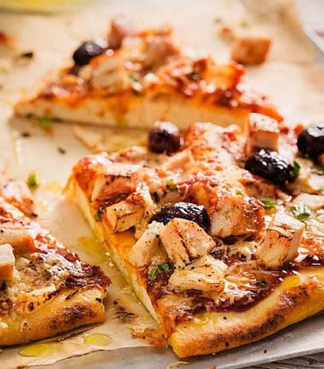 Már időszámításunk kezdetén készítettek a pizzához nagyban hasonlító ételt, azonban világhódító útjára csak a 18. század második felében indult a szinte bármivel megpakolható, lepényszerű finomság, ami mára olyan sikeres lett, hogy másodpercenként 350 szeletet falunk fel belőle világszerte.