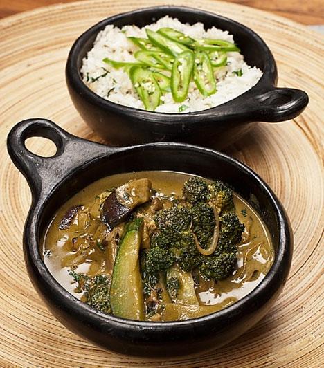 A távol-keleti ételek rendkívül gazdag ízvilággal bírnak, és jellemzően egészségesek is, a thai zöld curry mindezek mellett még fogyaszt is, igazi főnyeremény, érdemes beépítened az étrendedbe.
