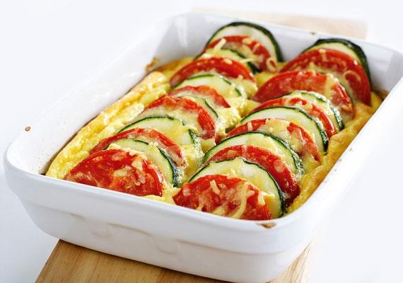Vegyes rakott zöldség                         Ha végképp nem tudsz választani a remekebbnél remekebb kerti termények közül, az a legjobb, ha fogod három-négy kedvencedet, és a keverékükből készítesz ínycsiklandó egytálételt.