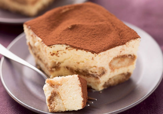 Tiramisu                         A tiramisu az az édesség, ami elsőre beugrik mindenkinek,ha olasz desszertekről kérdezik. A jó erős presszókávéval készített desszert a világon mindenhol népszerű, és ezt egyrészt mennyei ízének, másrészt egyszerű készíthetőségének köszönheti. Temérdek változata van, a legegyszerűbb sütés nélkülitől a hagyományos, kicsit macerásabb, de azért semmiképpen sem bonyolult verzióig.
