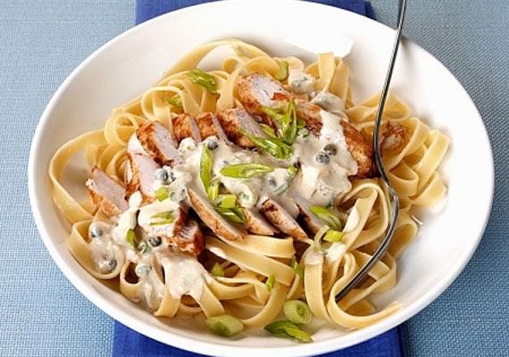 Tejszínes-csirkésA tészta mellett talán a csirke a legnépszerűbb alapanyag a hazai konyhákban, a kettejük párosát pedig jó eséllyel nincs ember, aki ne szeretné, pláne, ha tésztával együtt készül.
