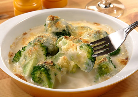 Brokkoli                         A brokkoli gyakorlatilag bármilyen változatban egészen pompás, a belőle készült krémlevesnek nem lehet ellenállni, a párolt változata remek köret, ha pedig rakottas lesz belőle, hát azzal sem jár rosszul senki. Akár hús nélkül is készítheted, sok-sok sajttal és tejföllel, na meg persze morzsával. A húsos változat receptjét itt találod.