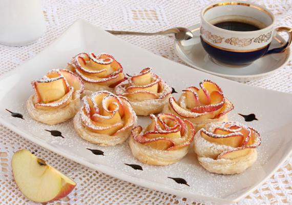 Almarózsa                         Ha valami igazán látványos édességgel szeretnéd meglepni a kedvesedet vagy szeretteidet, akkor az almarózsa az egyik legjobb megoldás. A finom és szemkápráztató édességet viszonylag egyszerűen, egy kis kézügyességgel könnyedén összedobhatod, és garantáltan mindenki odalesz, hogy milyen szép ételt tálaltál fel. Hogy pontosan hogyan készítsd, azt itt találod meg.