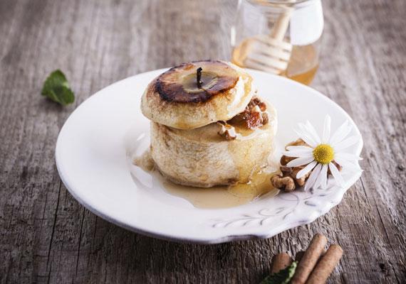 Sült almaAz egyszerű, de nagyszerű édességek táborát erősíti a sült alma, amit tényleg képtelenség elrontani. A csumát vájd ki, töltsd meg valamilyen finom diós keverékkel, amit mindenki szeret, majd a megfelelő hőmérsékleten süsd meg a sütődben. A sütési hőfokot és egyéb fontos részleteket itt találod!