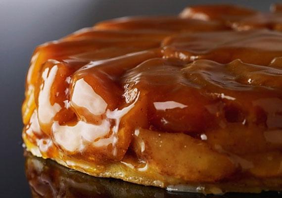 Tarte tatinA franciák fordított almás pitéje már a látványával is lenyűgöz, az íze pedig egyszerűen felülmúlhatatlan. A csak ránézésre bonyolult édességet akkor is sikeresen elkészítheted, ha a sütőt eddig még be sem kapcsoltad, végtelenül egyszerűen összedobható desszert ez, és borítékolható, hogy az elkészültét követő pár órán belül csak pár morzsa emlékeztet arra, hogy megsütötted. A hozzávalókat és a készítés pontos menetét itt találod!
