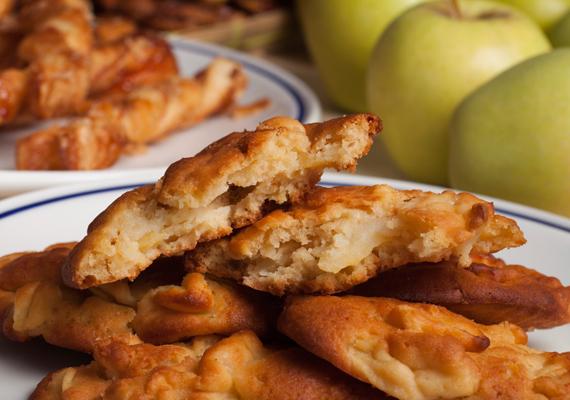 Almatócsni                         A krumpliból készült sós változat közeli rokona az almás desszert, ami - hasonlóan a mindenhol ismert és rajongott tócsnihoz - frissen, ropogósan a legfinomabb. Nem bonyolult fogás ez sem, ha van nálad alma, cukor, némi fahéj és egy jobb reszelő, akkor már nagy baj nem érhet. Itt az egyszerű, de nagyszerű recept, próbáld ki most!