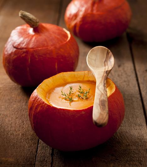 Fűszeres sütőtökkrémleves  Az ősz meghatározó étele a sütőtök, könnyen variálható, sokmindenhez passzol, így nem véletlen, hogy népszerű.  Egy kis tökmaggal kiegészítve isteni »