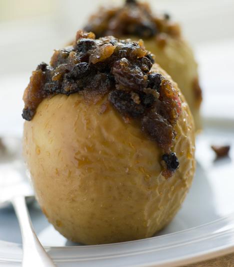 Sült töltött alma  Mézes zabpelyhes töltelékkel az egészséges desszertért.  Egy a millióféleképp variálható almás receptek közül »