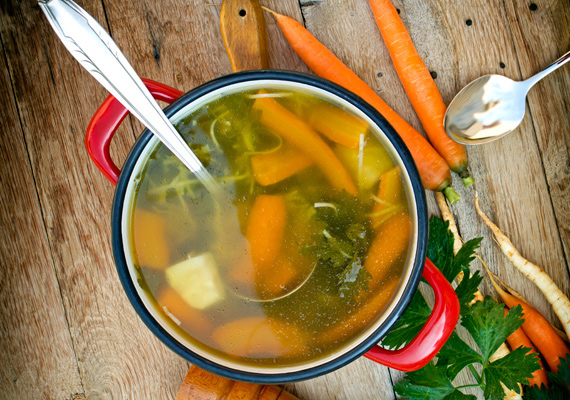 Zöldségleves                         Ha szoktál zöldséglevest főzni, akkor már ismered is a paleolit táplálkozás egyik legegyszerűbb fogását, ami isteni finom is. A forró leves telis-tele van friss, ropogós zöldségekkel, és ha kihagyod belőle a tésztát és a leveskockát, akkor bizony a kijelölt étrendnek mindenben megfelel. Így készítsd tökéletesre.