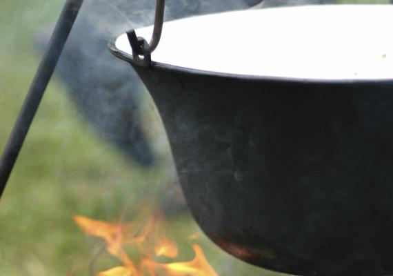 A főzésA pörkölted akkor lesz igazán ízletes, ha szabadtűzön, bográcsban készíted, ám akkor se csüggedj, ha a rossz idő miatt ez nem megoldható, a konyhádban is isteni finom pörköltet készíthetsz, egy kis füstölt szalonnával pedig némiképp pótolhatod a szabadtűz - illetve leginkább a füst -adta ízvilágot.