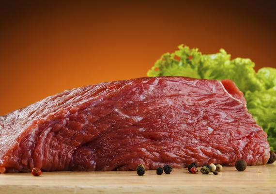 Alapanyagok - A húsHa pörköltet készítesz a legmeghatározóbb alapanyag egyértelműen a hús lesz, az igazi klasszikus pörkölt marhából készül, de főzheted csirkéből, birkából, sertésből is, amihez épp hangulatod van. A hús kiválasztásánál fontos, hogy vedd figyelembe, mennyi időd van elkészíteni a fogást, ha kevés, akkor a sertés, vagy a csirke jöhet szóba, a birka és a marha jóval időigényesebb feladat. A hús kiválasztásánál ügyelj arra, hogy ne a soványabb részeket válaszd, marhapörköltet lapockából, lábszárból, vagy pofából érdemes főzni, sertést combból, a csirkepörkölt pedig akkor lesz igazán szaftos, ha minél több csontos rész és comb kerül bele. Még zamatosabb, szaftosabb lesz a végeredmény, ha teszel hozzá egy kis borjúínt is, de annak a beszerzése meglehetősen macerás, azért egy kérdést megér a hentesnél.