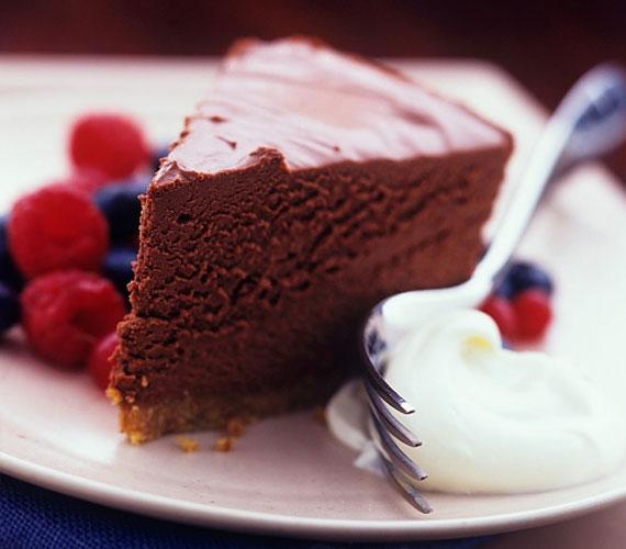 Ha tortáról van szó, szinte biztos lehetsz benne, hogy piskótát kell majd készítened. Nincs ez máshogy a lúdláb esetében sem, aminél a domináns ízt a sűrű, kakaós krém és a meggyszemek adják. Igazi laktató desszert.