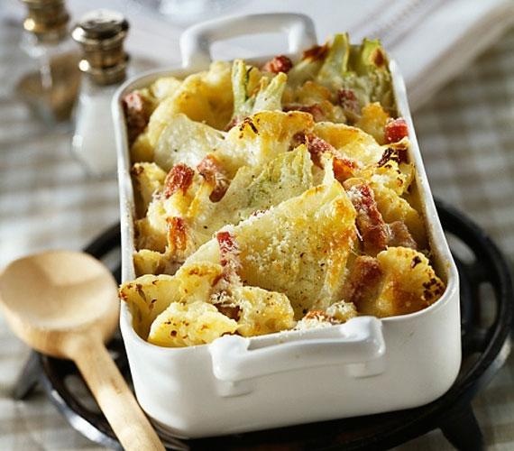 A karfiol sem maradhat ki a sorból, a jellegzetes fejű növényből is mennyei ízeket lehet kihozni, ha némi sajt, szalonna és fűszerek társaságában betolod egy fél órára a sütőbe, ha nem hiszed, járj utána!