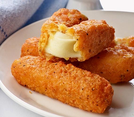 Bizonyára veled is előfordult már, hogy az eredetileg rántott sajtnak tervezett étel az olajban végül bundára és olajban szétesett sajtra oszlott. Cseppet se aggódj, a dupla panírozással és egy jobb minőségű, kemény sajttal biztosra mehetsz!