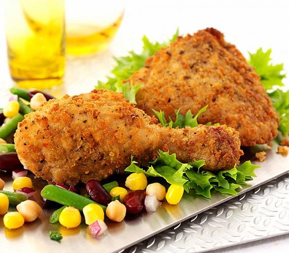 A rántott csirkecomb esetében a dobverő, vagyis az alsócomb egyértelmű fölényt élvez idehaza, sokan el sem tudják képzelni másképp a rántott csirkét, de te ne ess ebbe a hibába, használd a felsőcombot is, sőt, ha van kedved, dobd fel a húst egy kis sajtos töltelékkel!