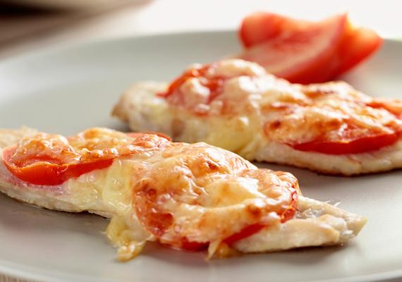 A csirkemell után a leggyakrabban használt alapanyagok sorában biztosan ott van a sajt, süsd a húsra, tegyél közéjük valami zöldséget, az egész nem telik többe, mint 20 perc, a végeredmény pedig fejedelmi lakoma!