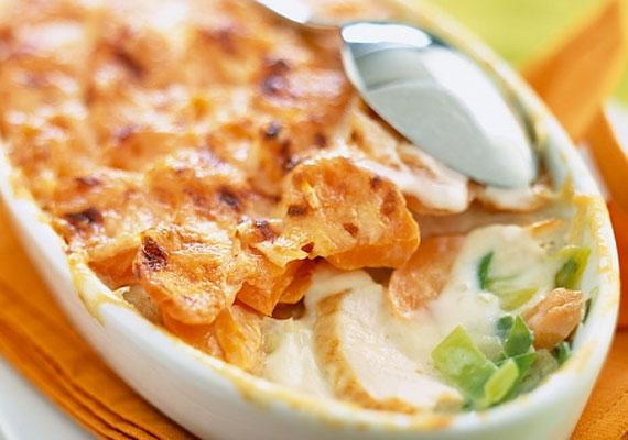 Sajttal sült csirkemellA sült csirke egyszerű voltát a cikk elején már taglaltuk, szerencsére a sajttal megvadított változat sem bonyolultabb, cserébe látványos és finom fogás, próbálkozz vele bátran!