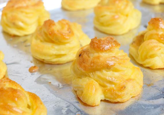 """Hercegnő burgonyaA krumplipüré """"nemesített"""" változata a hercegnő burgonya, ami bármilyen kisebb-nagyobb étkezést még ünnepibbé varázsol. A fantasztikusan látványos étel egyébként nem túl macerás fogás, ha 10 perccel több időd van, mint egyébként a krumplipürére szánnál, el is tudod készíteni. Egész egyszerűen töltsd a pürét habzsákba, adagold ki sütőpapírral bélelt tepsire és süsd meg 5-10 perc alatt."""