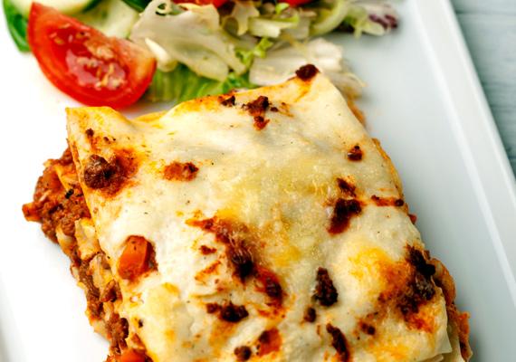 Lasagne                         A húsos vagy húsmentes, zöldséges raguval alaposan megpakolt tésztalapokról éppúgy nem hiányozhat a sajtos feltét, ahogy a lapok közül sem maradhat ki a lágy besamel. Válassz a trappistánál kicsit zamatosabb, de a parmezánnál enyhébb ízű sajtot, hogy azért érezni lehessen, de ne nyomja el a kihagyhatatlan tésztaétel ínycsiklandó ízét. A hagyományos al forno receptet itt találod.