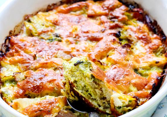 Bármilyen rakottas                         Az egyszerű rakott zöldséget is feldobhatod sok-sok sajttal, így nemcsak az íze lesz sokkal jobb, de lényegesen laktatóbb fogást is kapsz egyben. A sajtot reszeld le, keverd el tejföllel, és így halmozd a rakottas tetejére. A reszelt trappista mellett bevethetsz egy kis parmezánt is, hogy illatosabb és ízletesebb legyen a végeredmény. Itt egy gazdag zöldséges rakottas receptjét találod.